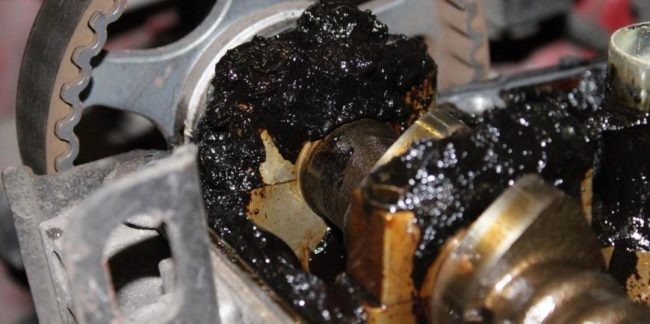 Как моторное масло может попасть в камеру сгорания?